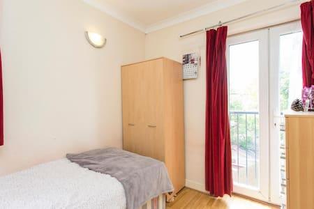 Sunny, quiet room, 20min to Central London - 伦敦 - 独立屋