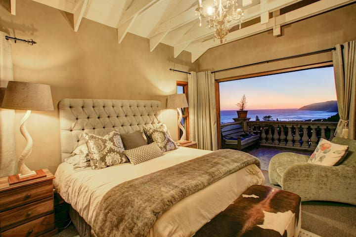 Private Main bedroom with seaview. Balcony. Gas fireplace. Built-in cupboards. Luxury bed and linen. Hangers. Bathing robe. Hear the waves while you sleep. En-suite bathroom. Shower, bath double washbasin. Underfloor heating.