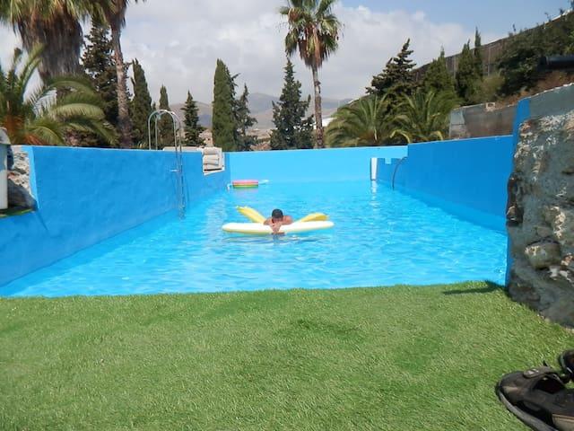 El andaluz y su piscina