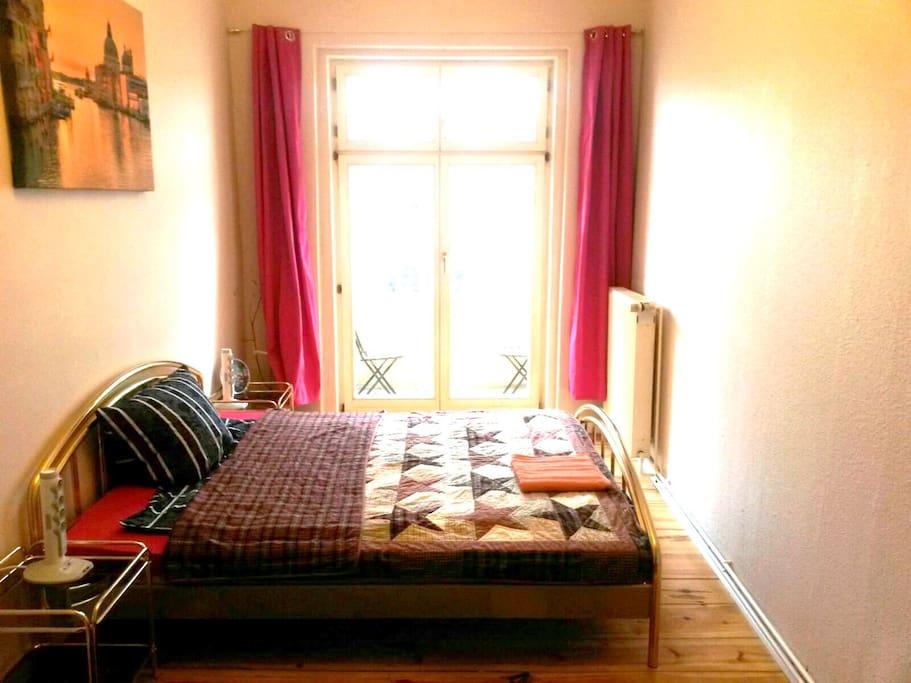kleines zimmer 9m2 neben u s bahn condos zur miete in berlin berlin deutschland. Black Bedroom Furniture Sets. Home Design Ideas