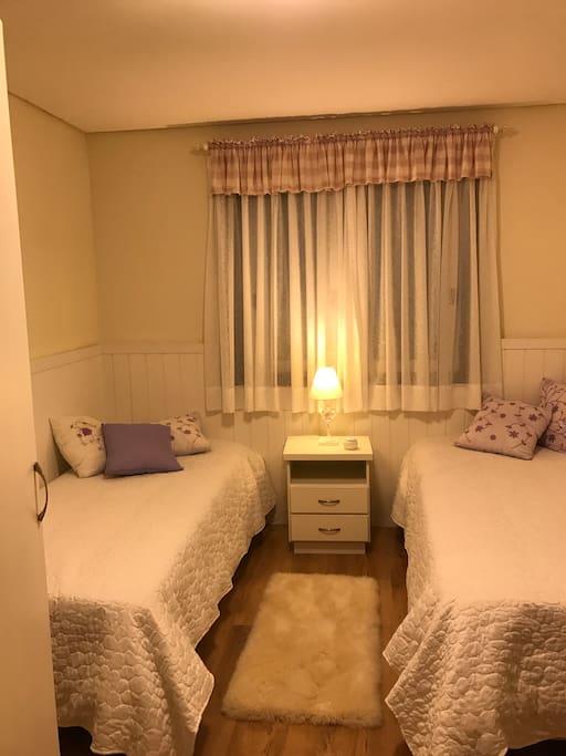 Quarto de solteiro, possui uma cama auxiliar, embaixo de uma das box