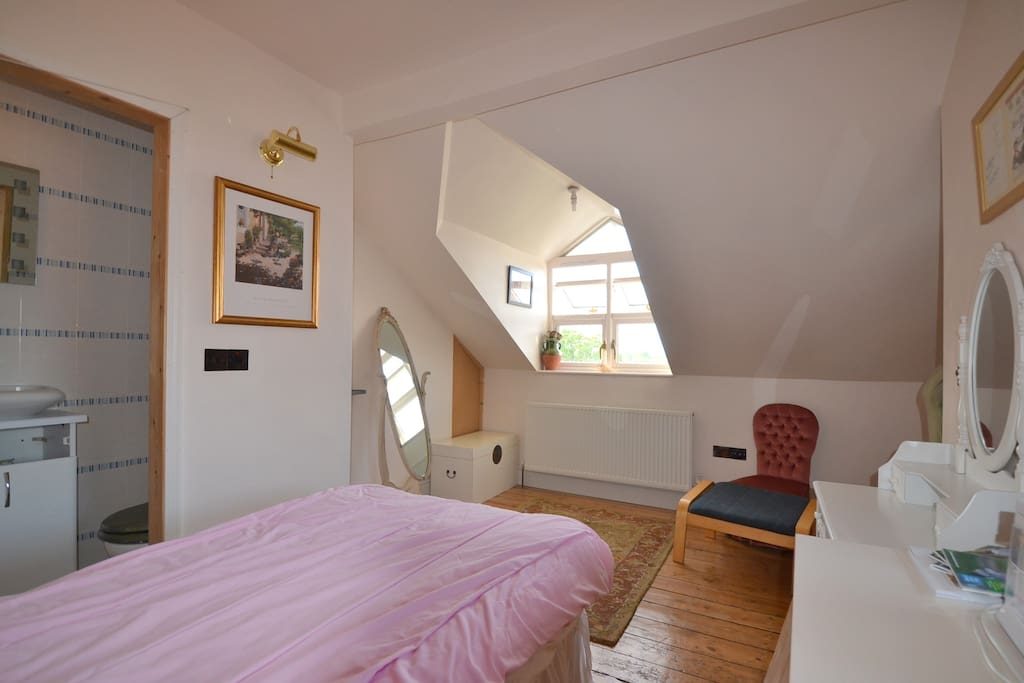 Light, Airy, Pretty Bedroom - Private Showeroom/Toilet.  FABULOUS Views!