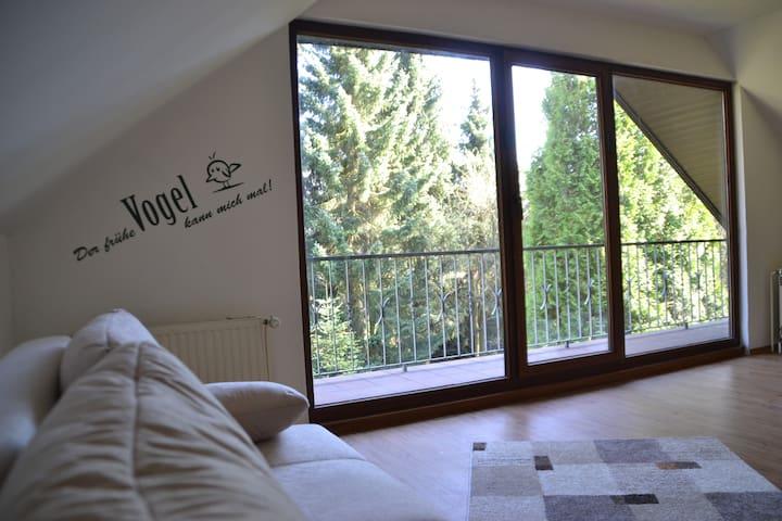 Helles Zimmer mit 8 qm Loggia Nähe HH-Airport