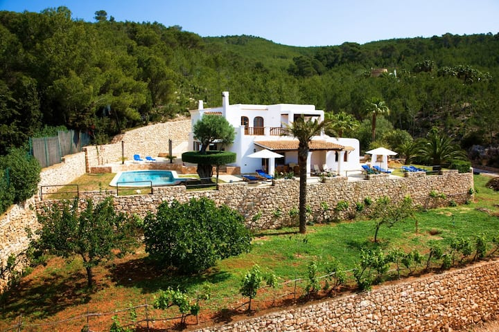 Fantastic Villa Can Maderus with Pool, Wi-Fi, Air Conditioning, Garden & Terraces; Parking Available