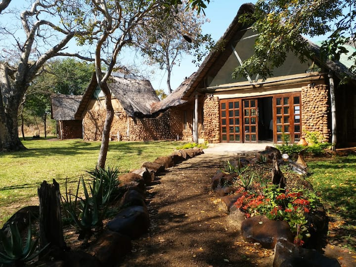 Beautiful Bush Lodge on Working Farm, Livingstone