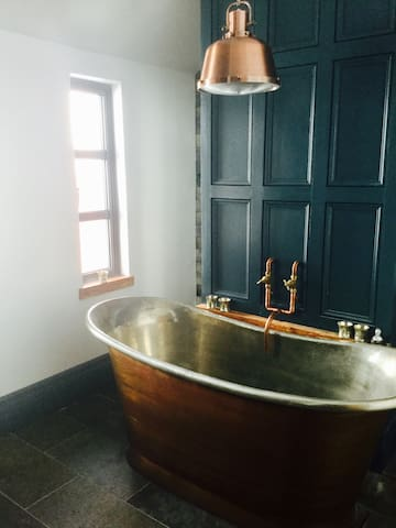 Comfy Twin bedroom in lovely home with copper bath