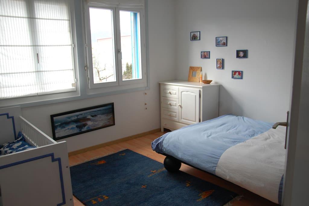 chambre lit double avec lit bébé