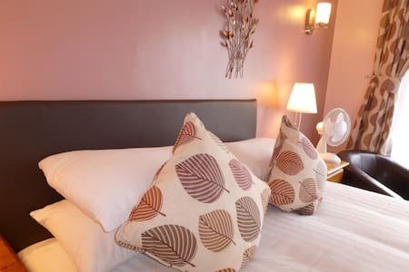 Large private double room Penryn GH