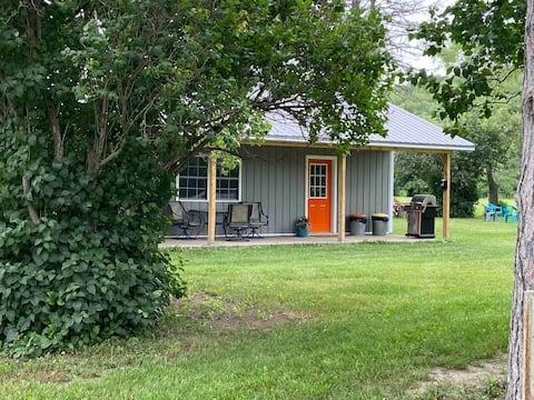 Cozy cottage sleeps 4 near Watkins Glen Racetrack!