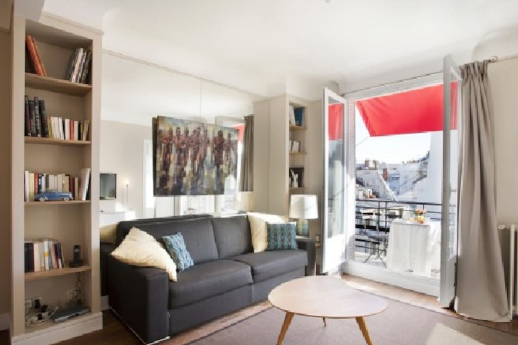 Louvre montorgueil sunny balcony apartments for rent in for Balcony louvres