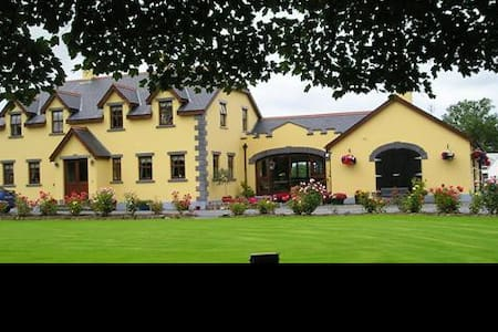 Templcecarrig Guest House-triple rm - Ballinrobe - Bed & Breakfast