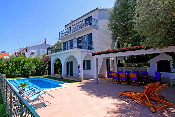 5 Bedroom villa with pool, Trogir - Mastrinka - Villa