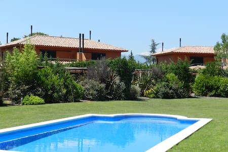 Jolie maison avec piscine dans golf - Navata - Huis