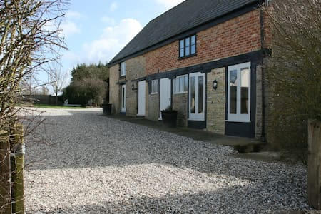 The Dove Cote, a Large 2 Bedroom Cotswold Barn - Wiltshire - Haus