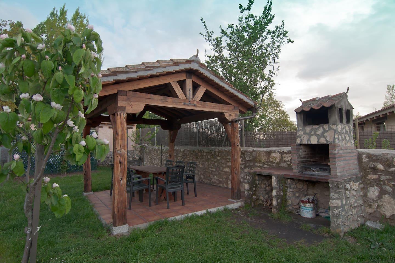 Cenador, barbacoa y jardín