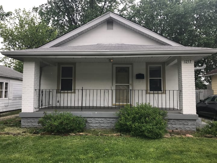 Comfy 3 bdrm 2 blocks from IMS & 10 min downtown