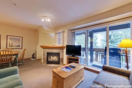 2 Bed/2 Bath Villa - Hot Tub/ Pool/Walk to Lifts. - Whistler