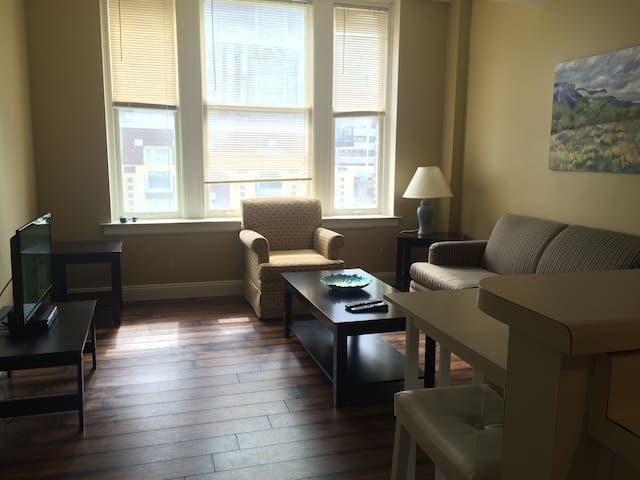 Downtown 2BR - City Views, Sleeps up to 6!