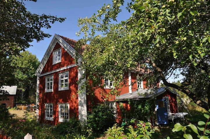 Idyllisk lantlig smålandsgård - Näshult - Casa