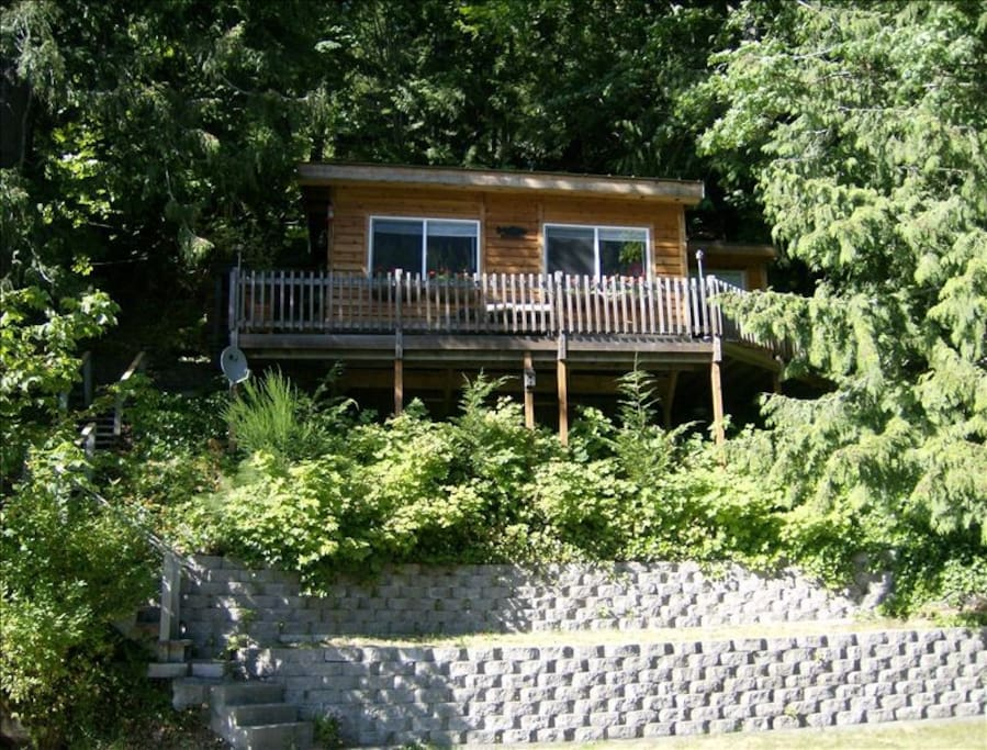 Nestled on the bank of Lake Sutherland, this cabin is private and comfortable.