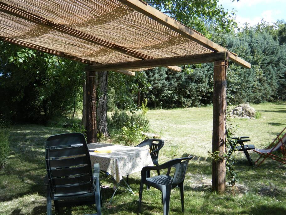 la tettoia con tavolo per godersi l'esterno