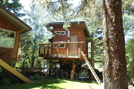 Cozy Heated Treehouse, with great in town location