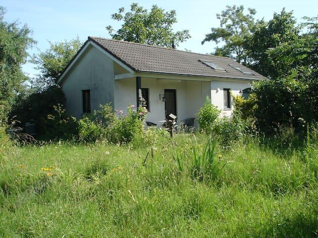 Rustiek huisje in het groen
