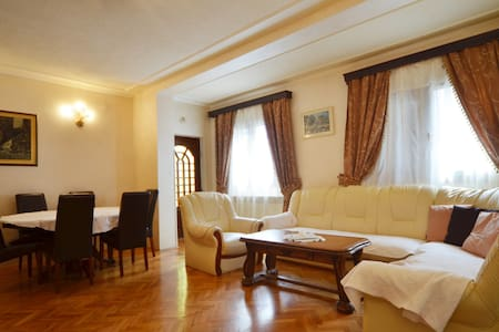 VILLA ROSE Three-Bedroom Apt 1 - Appartamento