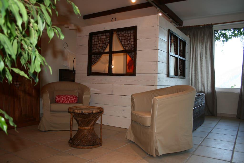salon, où toiles et panneau décoratif sont exposés en permanence