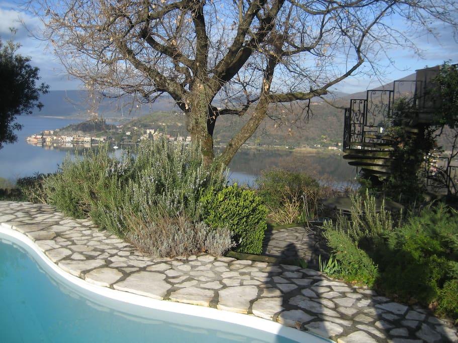 Villa con bella piscina vista lago ville in affitto a for Piani casa sul lago con portici