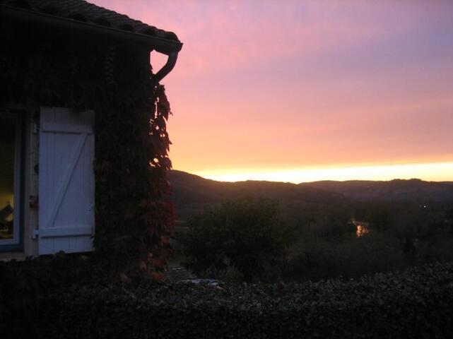 Zonsondergang vanaf terras bij de keuken
