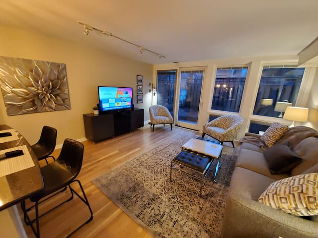 Well Appointed 1 BD, 1 BA, Private Patio, Assigned Parking, Heart of Lincoln Park