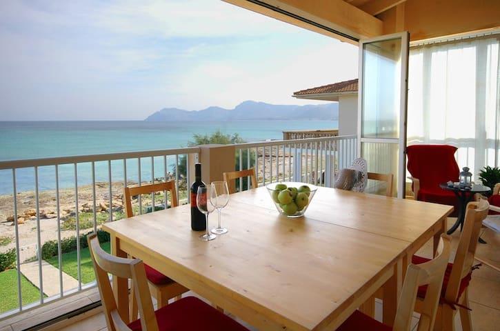 Impresionante terraza de 30 m2 con vistas al mar, mesa para 6 personas y zona relax.