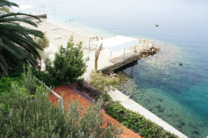 Beachfront studio, stunning views