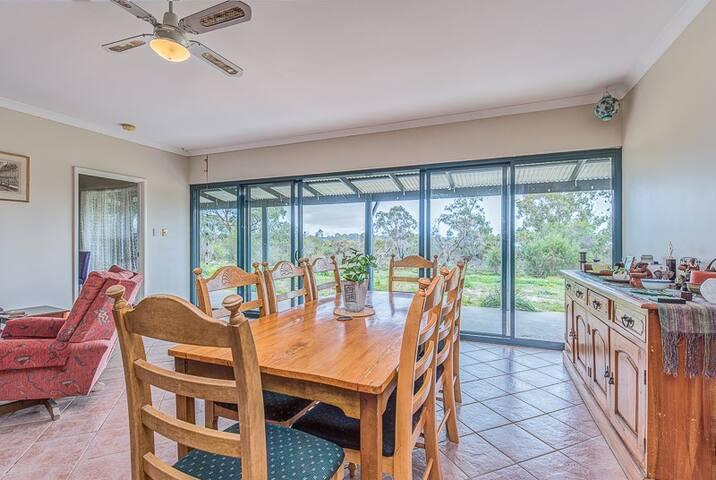 Kangaroo Lake Homestead, Kookaburra Master Suite
