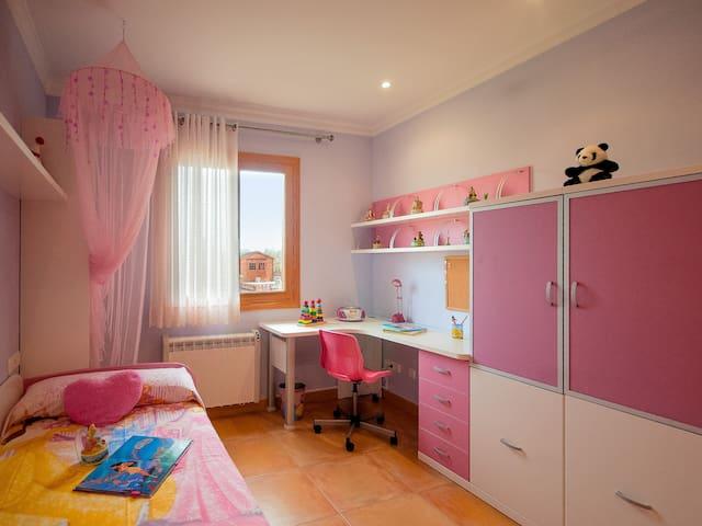 Dormitorio doble infantil en la planta baja.