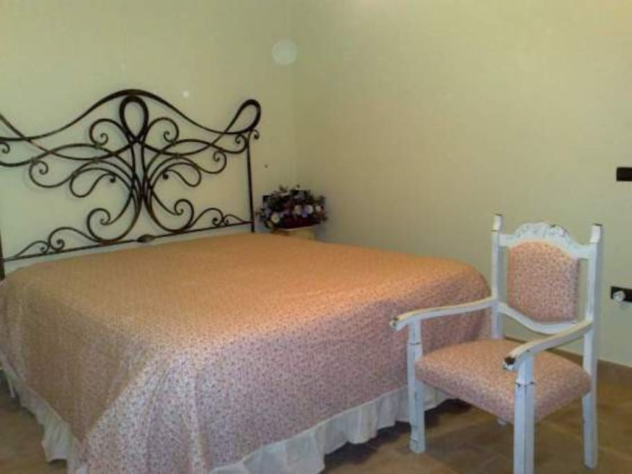 Questo è il letto matrimoniale in ferro battuto interamente lavorato a mano.
