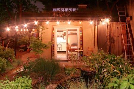 The Clay Hut: Private Bed&Bath in Backyard Garden