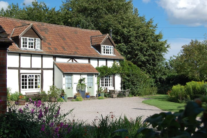 4 Star Symonds S/C Cottage sleeps 4 - Marden - Hus