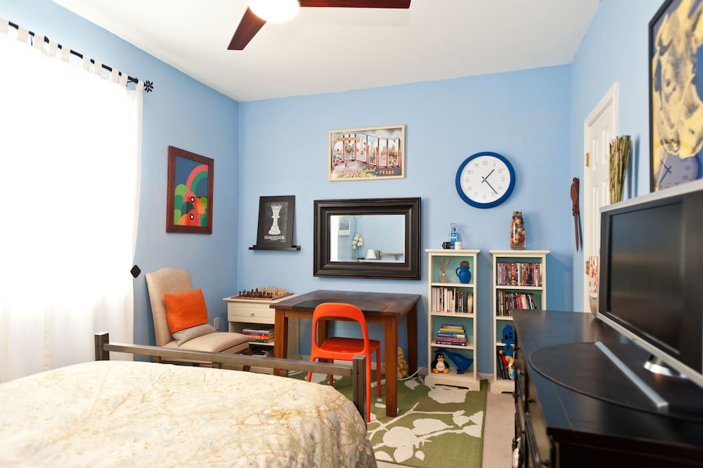 Blue Room, 14x10, Queen Plush Bed, Walk-in Closet, 40in SmartTV, Ceiling Fan with Remote