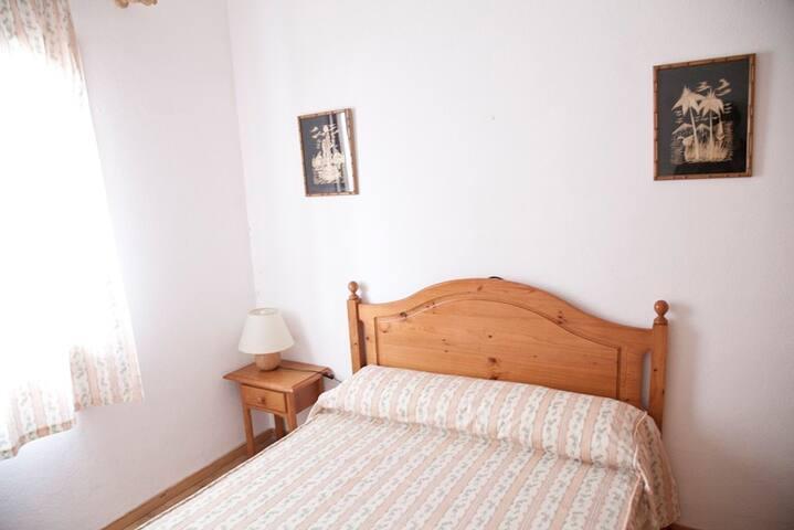 Habitació mitjana - Habitación mediana - Double bedroom - Camera dal letto doppio