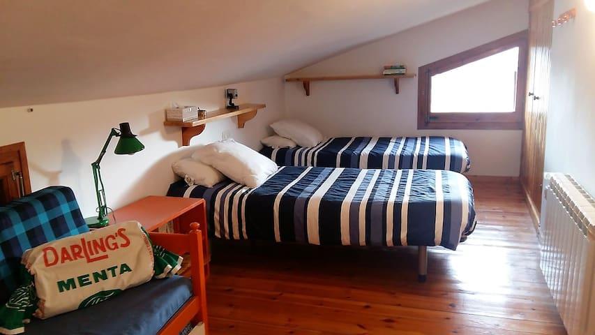Habitació amb dos llits i un llit nido