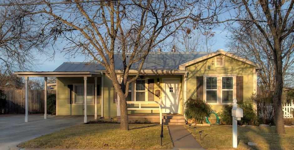 Burbank House - New Charming Home! - Fredericksburg - Szoba reggelivel