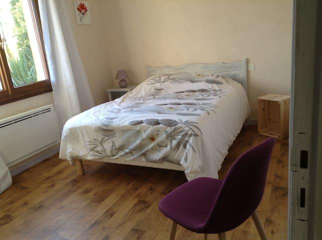 Chambre 12 m2, lit 140, chevet, armoire 3 portes, chaise bureau rabattant.