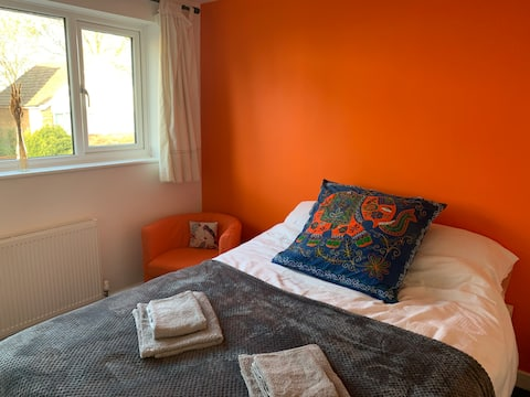 Bright double room, 5 mins to centre and station