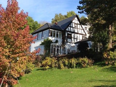 Flodudsigt lejlighed i historisk hjem