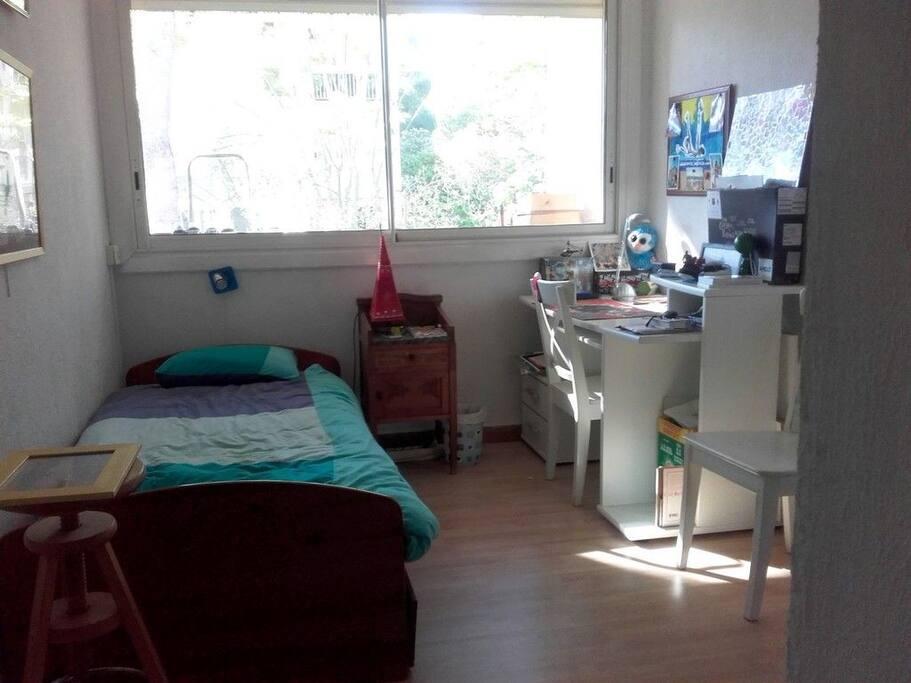 Chambre avec lit  (simple ou double) bureau, grande armoire de rangements.