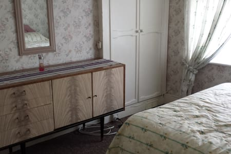 Double room in a great location - Ellesmere Port - 단독주택