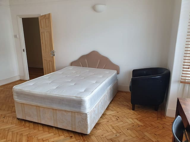 Large double bedroom with lots of light and garden