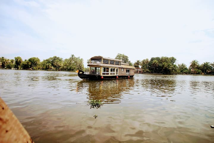 Boutique houseboat w/ upper deck